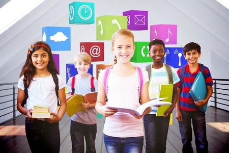 Sonriendo pequeños niños de la escuela en el pasillo de la escuela contra el cuarto blanco Foto de archivo - 43973098