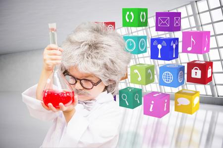 bata de laboratorio: Alumno linda en bata de laboratorio contra la sala abstracto Foto de archivo