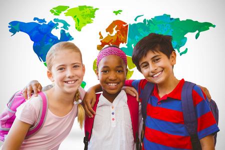 escuela primaria: Los pequeños niños de la escuela en el pasillo de la escuela contra el fondo blanco con la ilustración