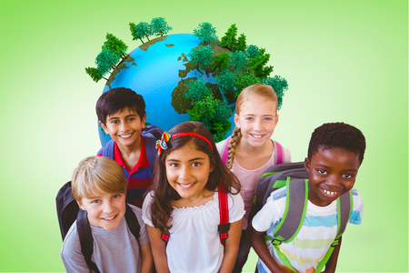 niños en la escuela: Sonriendo pequeños niños de la escuela en el pasillo de la escuela contra la viñeta verde
