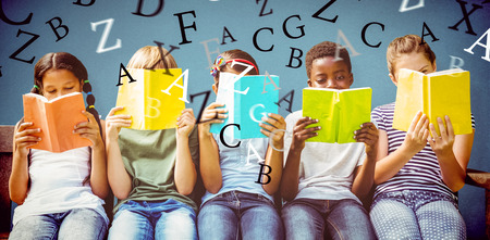 青い背景に公園で本を読む子どもたち