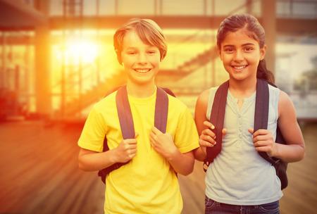 ni�o escuela: Cabritos de la escuela contra gimnasio Foto de archivo
