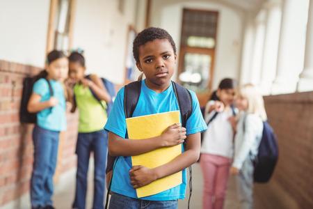 niños negros: Retrato de la pupila triste siendo intimidado por sus compañeros en el pasillo en la escuela