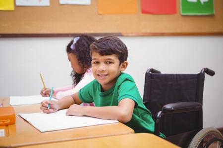 paraplegic: Estudiante que se sienta en la silla de ruedas en la escuela primaria Sonre�r