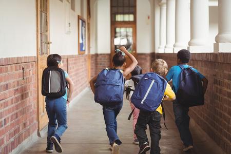 onderwijs: Achter mening van gelukkige leerlingen lopen op gang op school