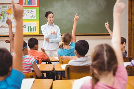 profesor alumno: Profesor de hacer una pregunta a su clase en la escuela primaria Foto de archivo