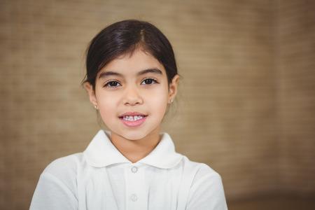 uniforme escolar: Alumno feliz mirando a la cámara en la escuela primaria