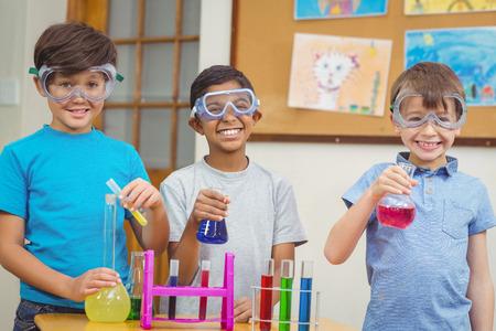 experimento: Los alumnos de la clase de ciencias en el aula en la escuela primaria