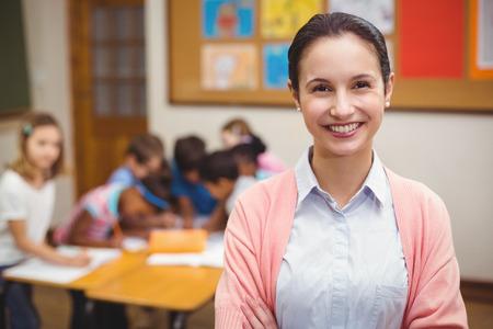 小学校の教室でカメラで笑顔の先生