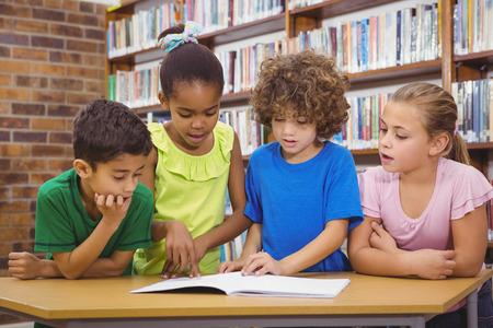 escuela primaria: Los estudiantes de la escuela que lee el libro froma en la escuela primaria
