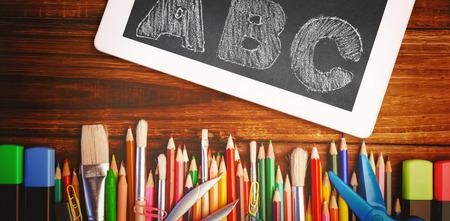 garabatos: ABC contra los estudiantes escritorio con tablet pc Foto de archivo