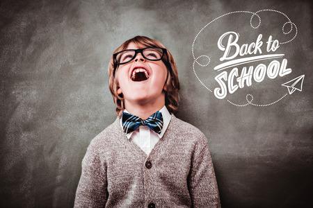 Volver a la escuela en contra de niño riendo delante de la pizarra Foto de archivo - 43913695