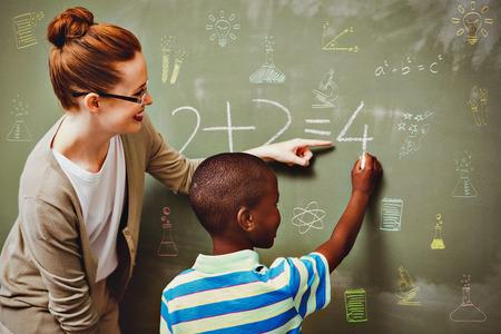 educadores: Temas de escuela doodles contra maestro ayudar a ni�o para escribir en la pizarra en el aula Foto de archivo
