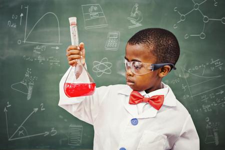 ni�os en el colegio: Garabatos de matem�ticas y ciencias en contra de enfoque pupila tenedores de un l�quido rojo