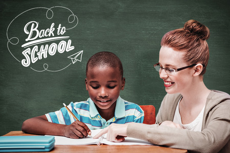 maestra preescolar: Alumno feliz y maestro contra la pizarra verde Foto de archivo