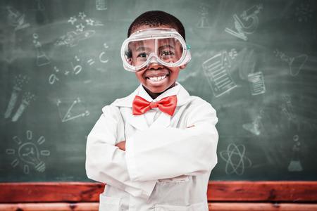 qu�mica: Doodles de la escuela contra la pupila qu�mica sonriendo a la c�mara con los brazos cruzados