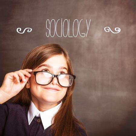 sociologia: La palabra sociolog�a contra alumno lindo sonriendo y mirando hacia arriba