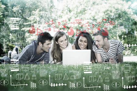 cheerful woman: Matem�ticas contra los estudiantes felices utilizando equipo port�til fuera