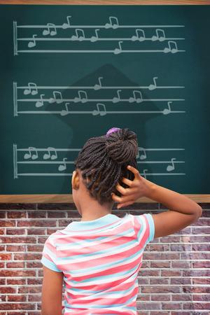 niños negros: Alumno piensa contra verde azulado Foto de archivo