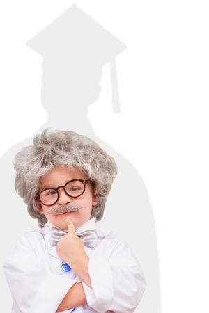 bata de laboratorio: pupila linda en bata de laboratorio contra la silueta de graduado