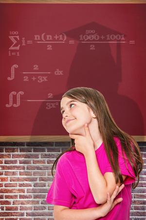 niña pensando: Poco pensamiento Linda chica y mirando hacia arriba contra el fondo rojo Foto de archivo
