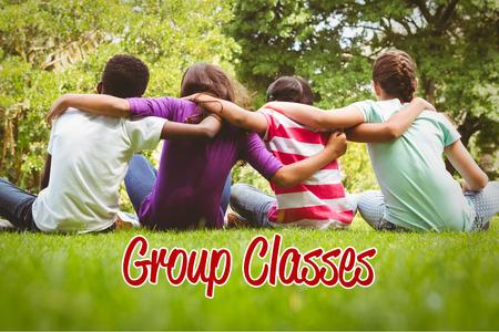 trato amable: Las clases grupales palabra contra ni�os sentados con los brazos en torno al parque