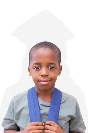 silueta humana: pupila lindo que sonr�e en la c�mara contra la silueta de graduado