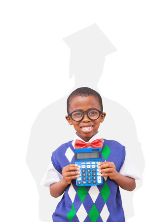graduacion ni�os: estudiante feliz con la calculadora en contra de la silueta del graduado