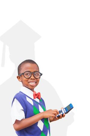 calculadora: estudiante linda con la calculadora contra la silueta del graduado Foto de archivo