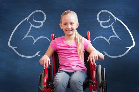 persona en silla de ruedas: Lindo discapacitados sonriendo a la cámara en el pasillo contra azul pizarra pupila Foto de archivo