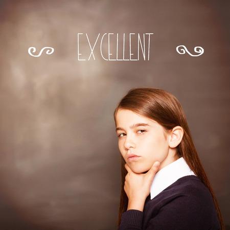 uitstekend: Het woord uitstekend! tegen denken leerling kijken naar de camera