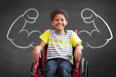 Leuke gehandicapte leerling lachend naar de camera in de zaal tegen zwarte achtergrond Stockfoto