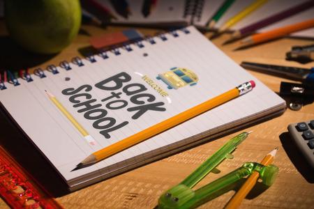 fournitures scolaires: dos � l'�cole contre table �tudiants avec des fournitures scolaires Banque d'images