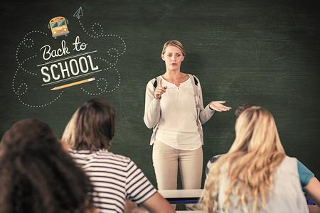 maestra enseñando: Maestro enseñar a los estudiantes en clase contra la pizarra verde Foto de archivo