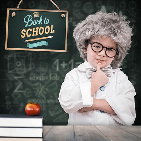 bata de laboratorio: Alumno linda en bata de laboratorio contra p�lidas tablas de madera de color gris