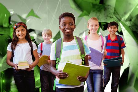 escuela primaria: Sonriendo pequeños niños de la escuela en el pasillo de la escuela contra el diseño angular Foto de archivo