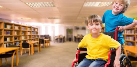 Menino feliz empurrando amigo em cadeira de rodas contra vista da biblioteca