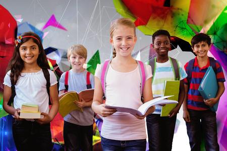 escuela primaria: Sonriendo peque�os ni�os de la escuela en el pasillo de la escuela contra el dise�o angular Foto de archivo