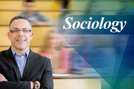 sociologia: La palabra sociología contra profesor elegante con los estudiantes sentados en sala de conferencias