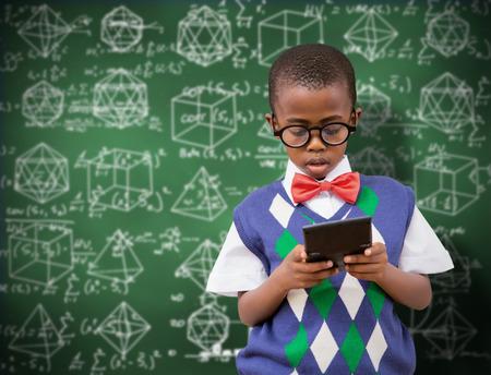 niños negros: Pupila con calculadora contra la pizarra verde