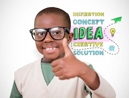 nios en la escuela: Estudiante lindo con el pulgar hacia arriba contra el fondo blanco con la ilustraci�n
