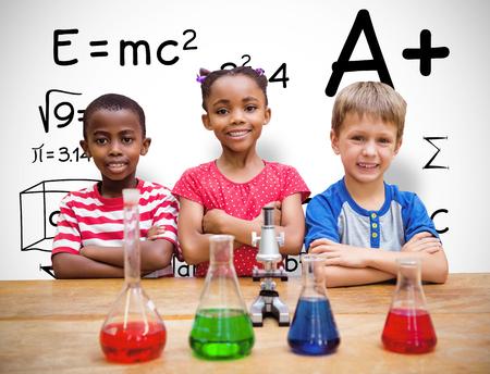 niños en la escuela: Alumnos lindo pie con los brazos cruzados detrás de vaso contra el fondo blanco con la ilustración