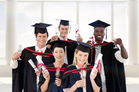 graduacion de universidad: Grupo de personas que gradúa de universidad contra habitación con ventana grande