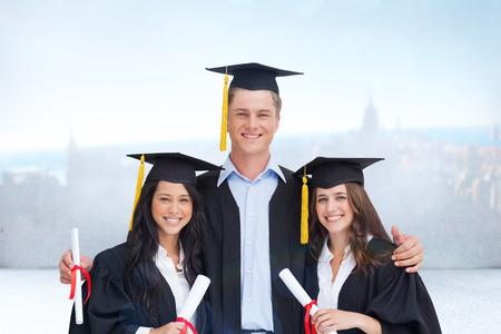 toga graduacion: Tres amigos gradúan de la universidad juntos contra escena de la ciudad en una habitación