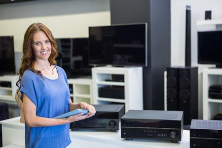 Pretty woman Einkaufsmöglichkeiten für neue Elektronik an der Elektronik-Geschäft