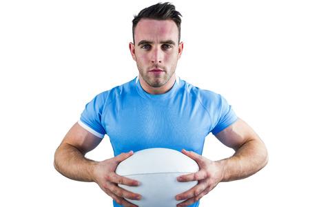 hombre deportista: El jugador de rugby que mira la cámara en el fondo blanco