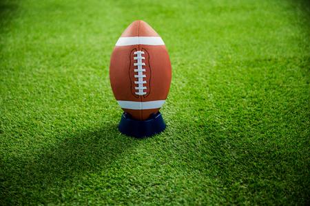 campo di calcio: Football americano in piedi sul supporto sul campo di football americano