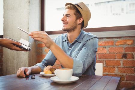 bel homme: hippie Handsome payer smartphone à café Banque d'images