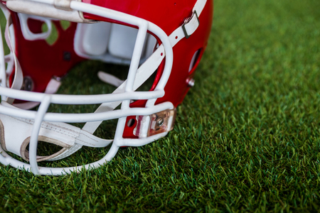 Gros plan sur un casque de football américain sur le terrain