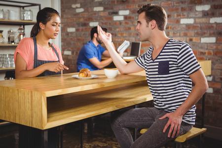 personne en colere: client mécontent se plaindre du croissant dans un café